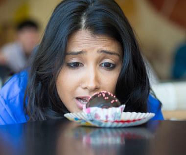 Niepohamowana chęć na słodycze: Skąd się bierze i jak sobie z nią radzić?
