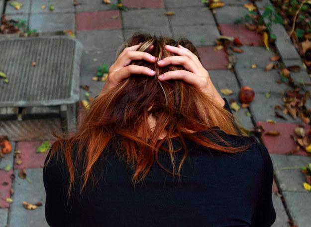 Niepokojące jest, gdy kobieta chodzi cały czas smutna, apatyczna... Gdy szala zdecydowanie przechyla się w stronę złych emocji /123RF/PICSEL