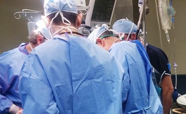 Niepowodzenie przeszczepu skóry głowy 7-latki. Lekarze spróbują innego leczenia