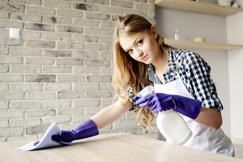 Nieprawidłowa pielęgnacja mebli może je zniszczyć! /123RF/PICSEL
