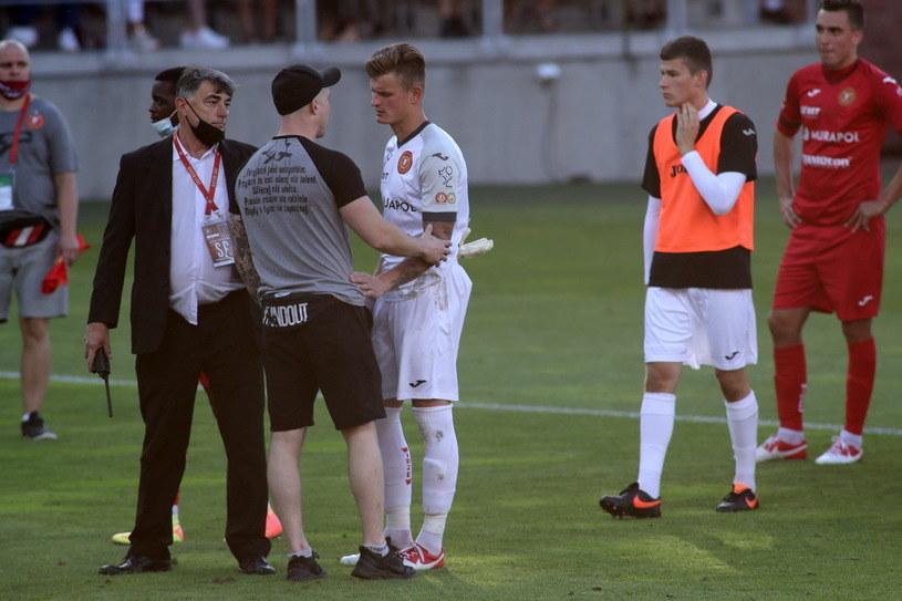 Nieproszeni goście na murawie po meczu Widzew - Znicz 0-1 /Fot. Marian Zubrzycki /Newspix