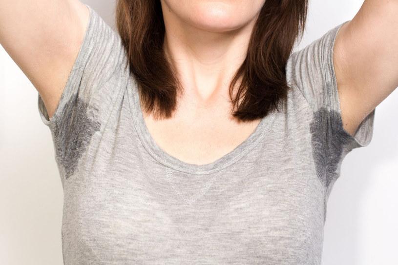 Nieprzyjemny zapach potu to sprawka bakterii bytujących na skórze /123RF/PICSEL