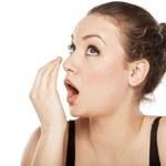Nieprzyjemny zapach z ust - jak zlikwidować?
