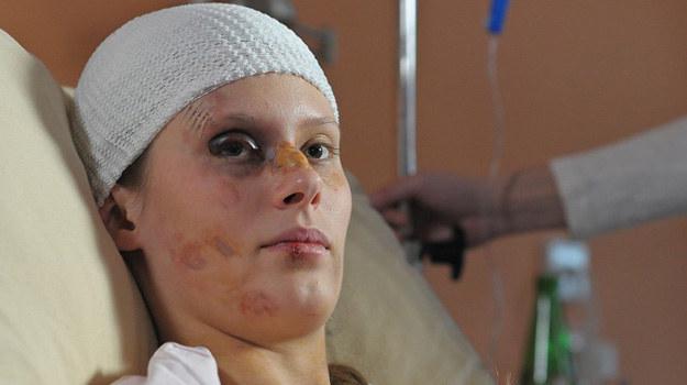 Nieprzytomna Anita trafi do szpitala, gdzie lekarze stoczą walkę o jej życie. /ATM Grupa S.A. / Bogdan Bogielczyk /materiały prasowe
