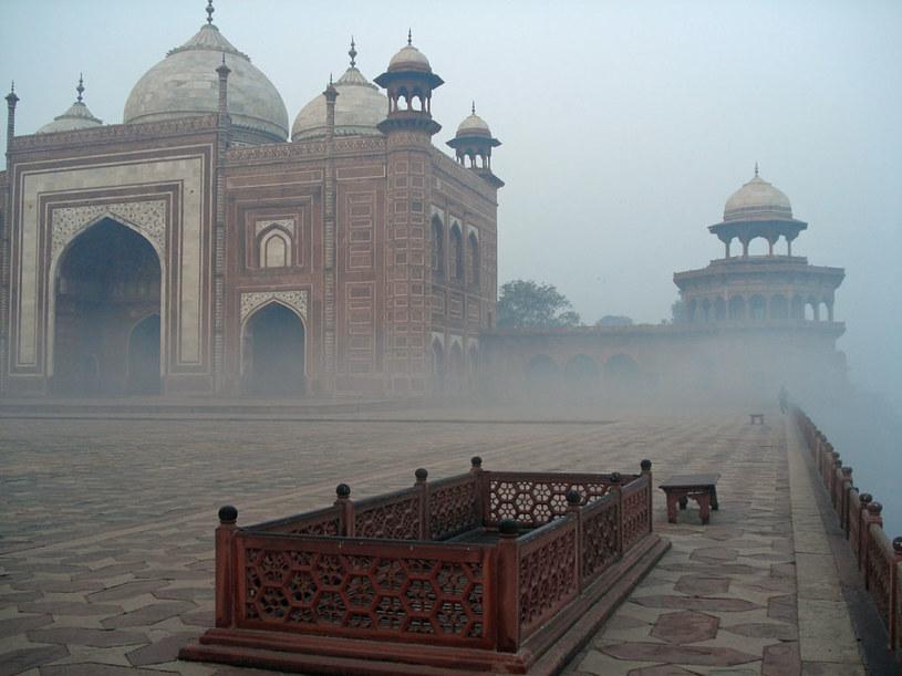 Nierealne Taj Mahal, widok z boku mauzoleum /Artur Wróblewski /INTERIA.PL