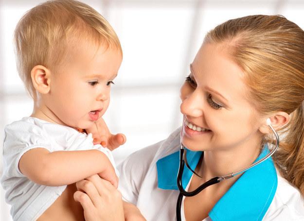 Niesłyszenie może być dziedziczne, częściej jednak dochodzi do uszkodzenia narządu słuchu w życiu płodowym, w trakcie porodu albo z powodu powikłań po chorobach u dziecka. /123RF/PICSEL