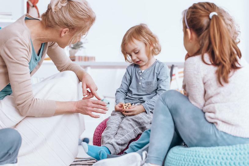Nieśmiałe dziecko ma często problemy i w przedszkolu, i w szkole /123RF/PICSEL