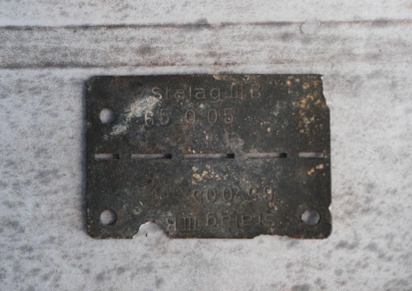 """Nieśmiertelnik jeniecki znaleziony w Bobrowicach w miejscu """"drewnianego obozu"""" z nazwą Stalag III B oraz nr jeńca 65 005 /Odkrywca"""