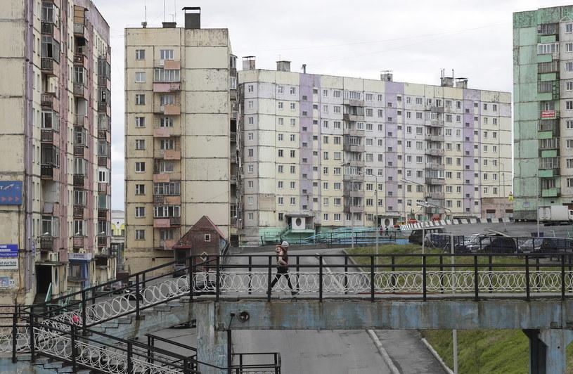 """Niespełna 200 tysięcy mieszkańców jest """"upakowanych"""" w szarych, postsowieckich blokach / Kirill Kukhmar/TASS /Getty Images"""