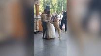 Niespodziewany gość podczas pierwszego tańca. Do młodych dołączył... pies