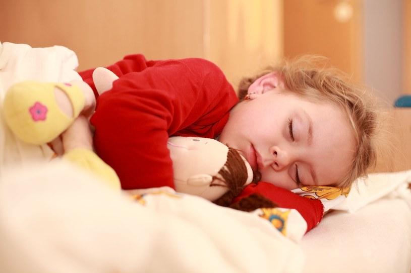 Niespokojny bądź zbyt krótki sen odzwierciedla się słabą regeneracją organizmu, co przekłada się na wzrost zapadalności na infekcje /123RF/PICSEL