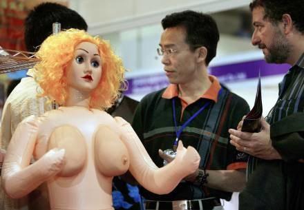 Niestandardowa piersiasta skrzynia biegów /AFP