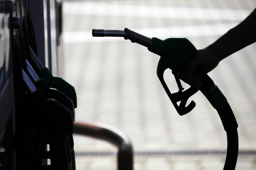 Niestety na radykalnie obniżające się koszty tankowania na razie nie powinniśmy chyba liczyć /123RF/PICSEL