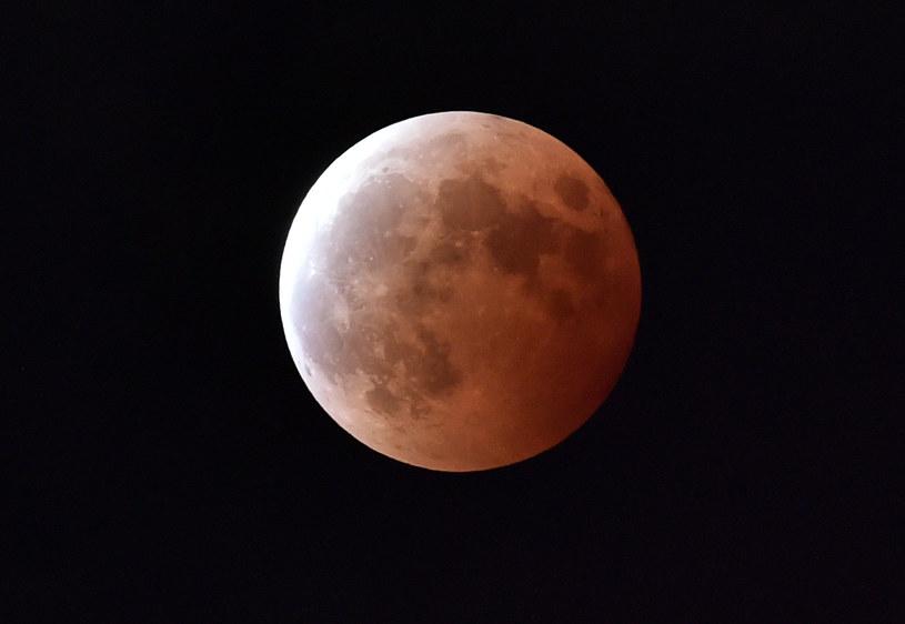 Niestety, nadchodzące zaćmienie Księżyca nie będzie widoczne w Polsce. /AFP