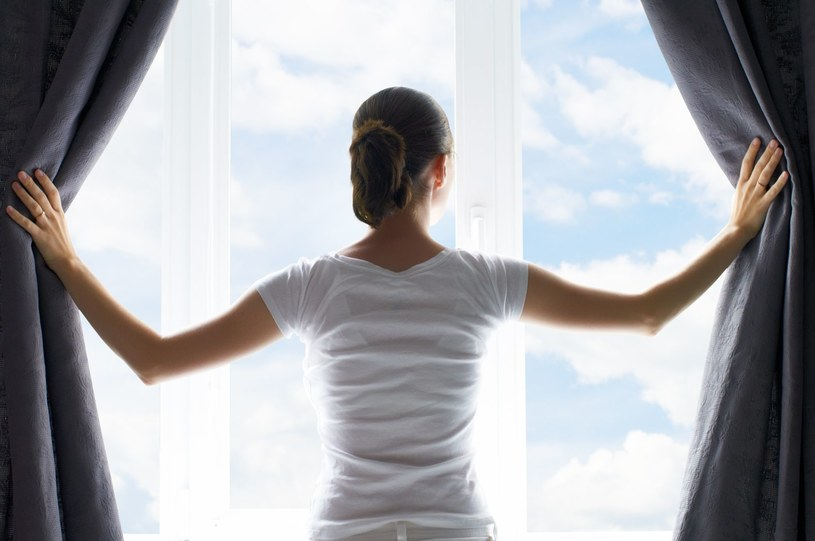 Niestety nie we wszystkich miejscach możemy pozwolic sobie na swobodne wietrzenie pomieszczenia /123RF/PICSEL