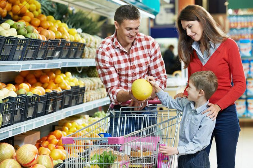 Niestety, produkty ekologiczne są drogie. Dlatego warto kupować na bazarkach od zaprzyjaźnionych rolników i uważać na warzywa i owoce, które kumulują w sobie więcej pestycydów niż inne, np: jabłka, nektarynki, brzoskwinie, winogrona, pomidory /123RF/PICSEL