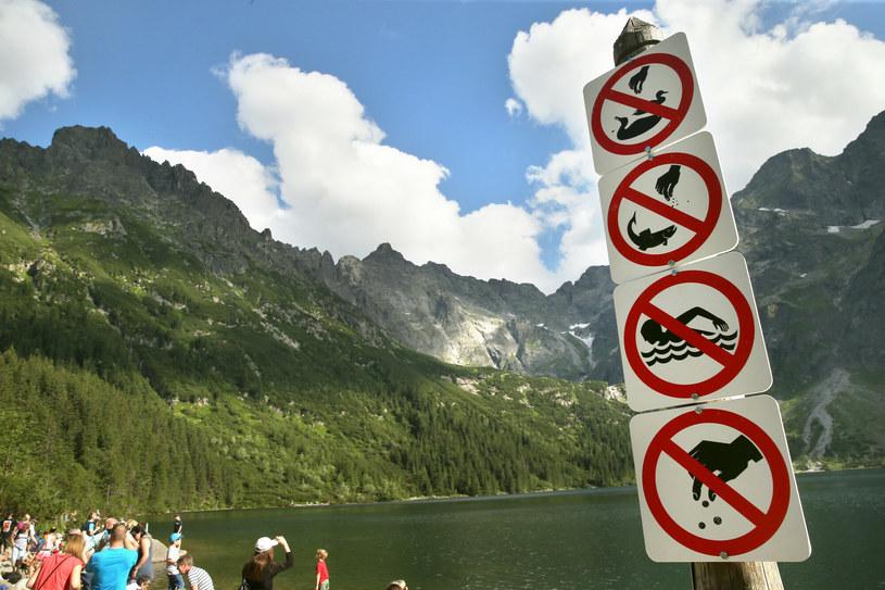 Niestety turyści nie zawsze znają zasady przebywania w górach i trzeba ich instruować znakami zakazu /MONKPRESS /East News