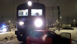 Nieszczęśliwy wypadek na przejeździe kolejowym. Samochód wjechał pod pociąg