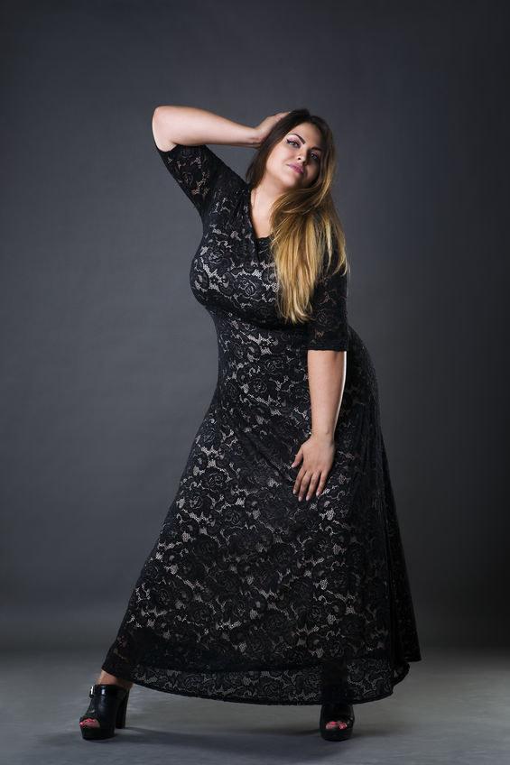 Nietoperzowy krój sukienek polecany jest kobietom o wąskich biodrach /123RF/PICSEL