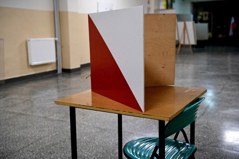 Nietrzeźwy przewodniczący komisji wyborczej ukarany mandatem /Darek Delmanowicz /PAP