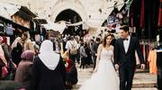 Nietypowa podróż poślubna. Zwiedzają świat w ślubnych ubraniach