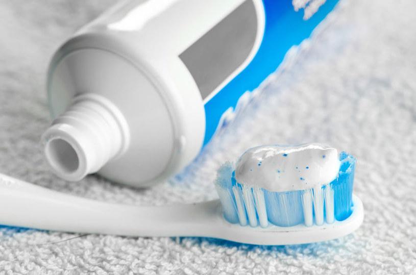 Nietypowe zastosowania pasty do zębów /©123RF/PICSEL