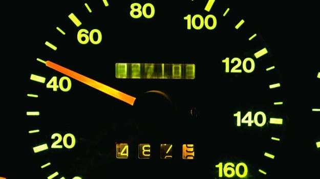Nieuczciwi handlarze aut stosują coraz bardziej wyrafinowane metody na zafałszowanie przebiegu. /Motor