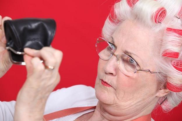 Nieuczciwi sprzedawcy podczas pokazów masowo naciągają osoby starsze /©123RF/PICSEL