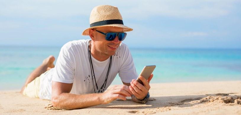 Nieważne, czy korzystamy z smartfonu czy z notebooka - cyberprzestępcy nie próżnują latem /123RF/PICSEL