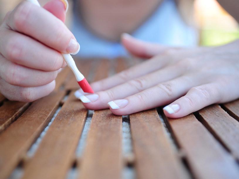 Nieważne, ile żelatyny spożywasz, paznokcie łamią się bardzo łatwo.  /© Bauer