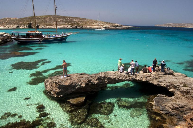 Niewiele jest na Malcie piaszczystych plaż. Miłośnicy wyspy przybywają tutaj jednak z innego powodu /123RF/PICSEL