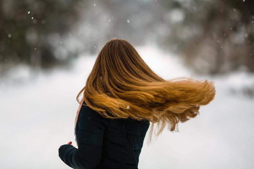 Niewiele osób zdaje sobie sprawę z tego, że mróz jest tak samo szkodliwy dla włosów, jak palące słońce /Adobe Stock