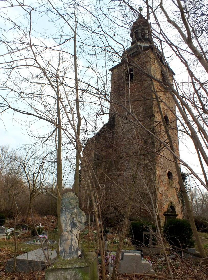Niewiele pozostało po średniowiecznej świątyni i otaczającym ją cmentarzu                          Fot.: Szymon Wrzesiński /