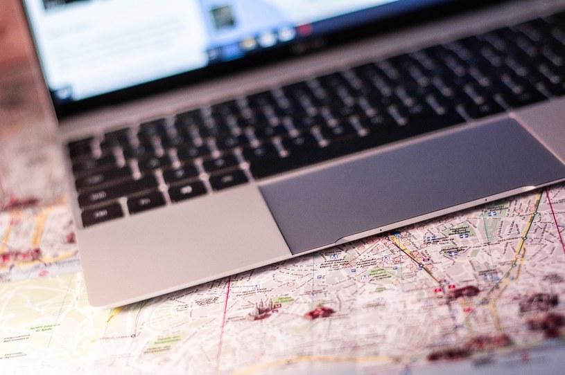 """Niewielka, bo ledwie kilogramowa waga i niesamowita """"szczupłość"""" Matebooka X sprzyjają mobilności laptopa /INTERIA.PL"""