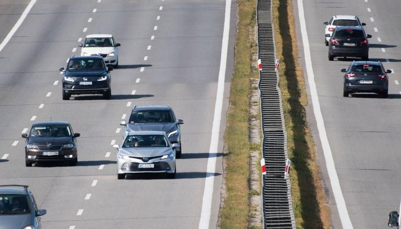 Niewielki ruch, prawy pas niemal pusty, gęsto na środowym oraz kierowcy na lewym, którzy siedząc na zderzakach chcą wywalczyć sobie możliwość szybszej jazdy. Typowy (niestety) polski obrazek. /Wojciech Strozyk/ /Reporter