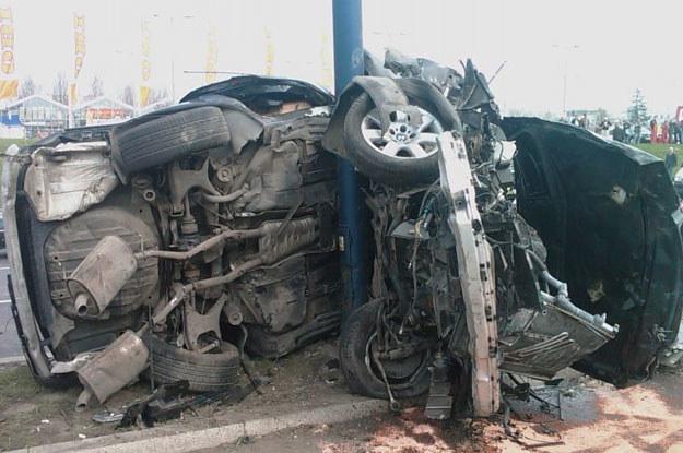 Niewielki słup wytrzymał uderzenie BMW /INTERIA.PL