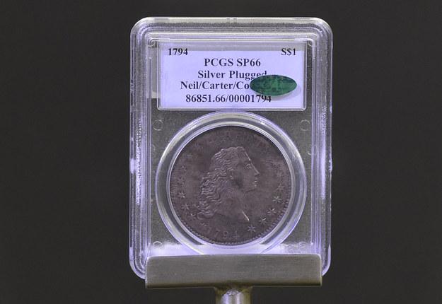 Niewielki srebrny krążek wart 10 milionów dolarów: Flowing Hair Liberty Dollar /Roman Vondrous    /PAP/EPA