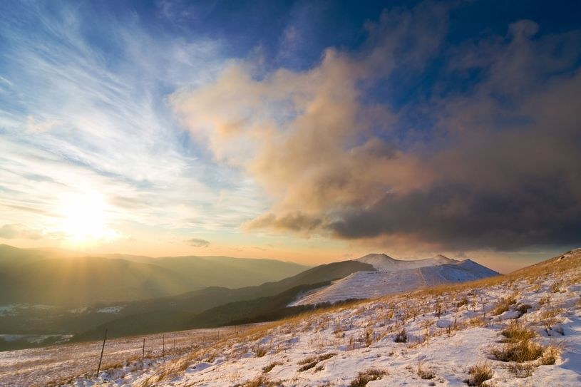 Niewielkie płaty śniegu tylko w górnych partiach gór /123RF/PICSEL