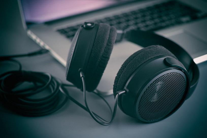 Niewinne słuchawki mogą zamienić się w parę czułych mikrofonów /123RF/PICSEL