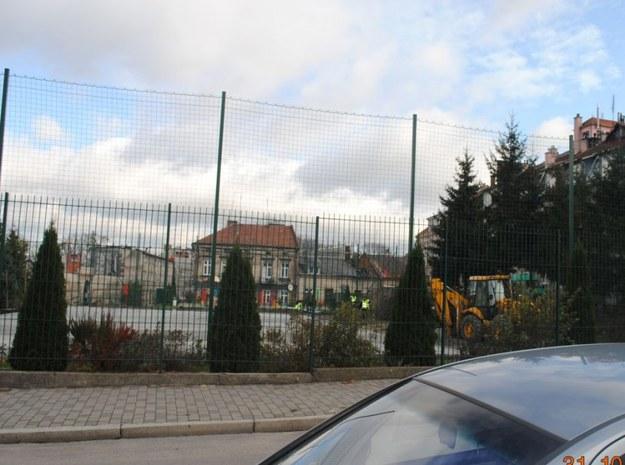 Niewybuchy znaleziono na terenie boiska szkolnego przy ul. Spytka w Jarosławiu /KPP JAROSŁAW /