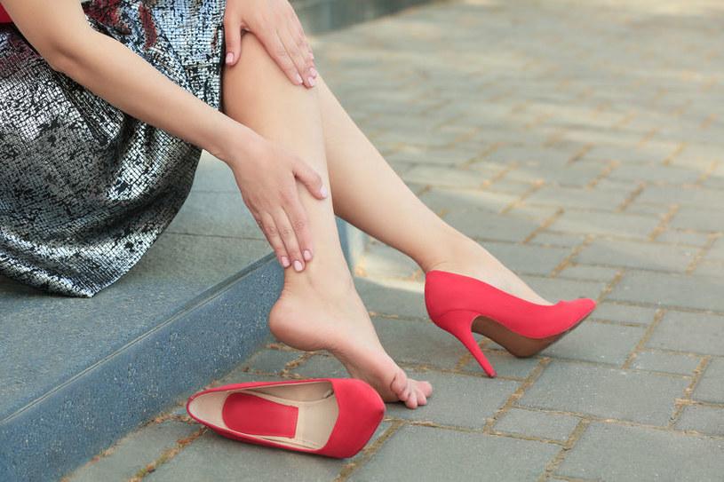 Niewygodne buty to częsty powód bólu stóp /123RF/PICSEL