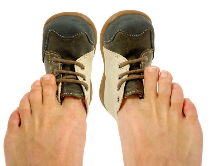 Niewygodne obuwie skutki /© Photogenica
