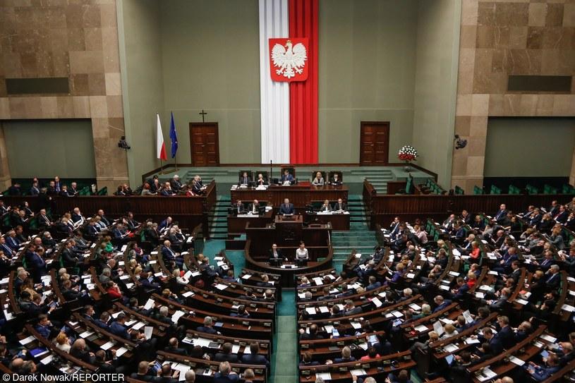 Niewykluczone, że Sejm zajmie się w tym tygodniu projektami zmian dotyczących Trybunału Konstytucyjnego /Darek Nowak /Reporter