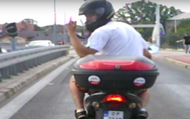 Niezbyt mądry kierowca skutera... /