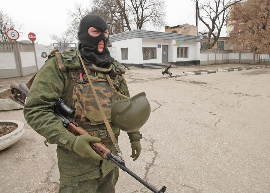 Niezidentyfikowany żołnierz w pobliżu Symferopolu /ARTUR SHVARTS /PAP/EPA