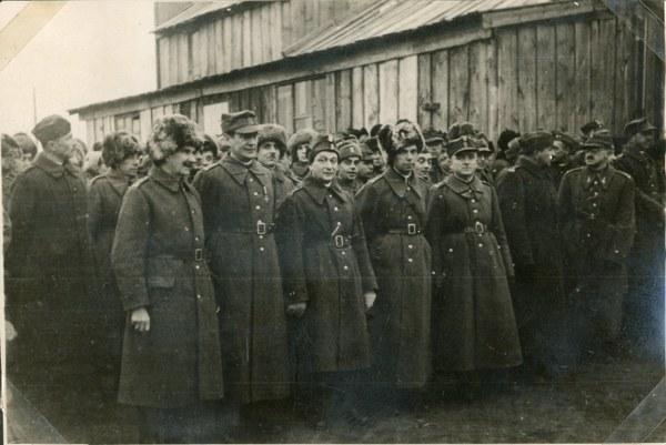 Nabożeństwo. Starszyzna, stoją od lewej: płk. Koc, płk. Schmidt, ppłk. Felsztyn, ppłk. Karnowski i mjr Barucki, Tock 11 XI 1941 r. AAN, Akta Leona Wacława Koca, sygn. 21.