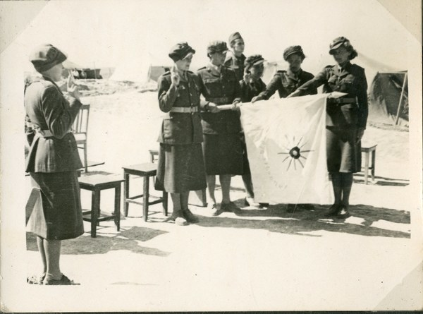 Przysięga ochotniczek Pomocniczej Służby Kobiet, przy sztandarze, Guzar 7 VI 1942 r. AAN, Akta Leona Wacława Koca, sygn. 21.