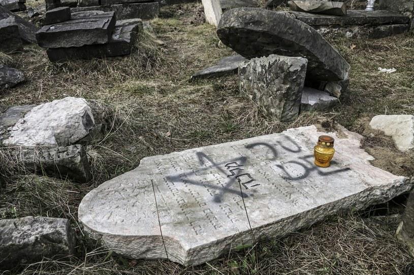 Nieznani sprawcy zdewastowali nagrobki na cmentarzu żydowskim (Olkusz - kwiecień 2015) /Beta Zawrzeł  /Reporter