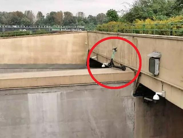 Nieznany sprawca zostawił elektryczną hulajnogę nad tunelem Wisłostrady /Straż miejska Warszawa /materiały prasowe