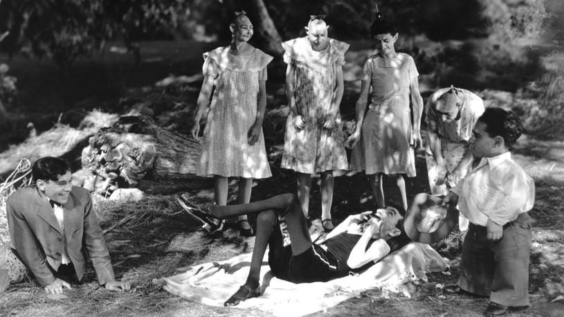 """Niezwykła popularność cyrków osobliwości, które pod koniec XIX wieku zaczęły przynosić krociowe zyski, trwała kilka dekad (kadr z filmu """"Freaks"""") /East News"""